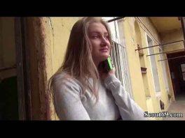 Imagen Blonde Teen willigt ein, gegen Geld mit einem Fremden zu ficken