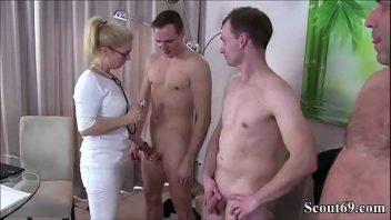 Image Vollbusige Blondine fickt mit drei Männern gleichzeitig