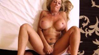 Image Anal mit dieser alten Frau mit großen Titten