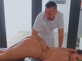 Image Er machte einige Massagen und fickte mit dem Masseur in den Arsch