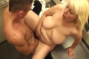 Image Hausfrau verfolgt mit zwei Männern in einer öffentlichen Toilette