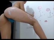 Image Mädchen mit Vibrator in Tanga Orgasmen vor der Kamera, schauen Sie sich ihre reichen natürlichen Titten
