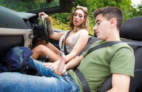 Image Mature holt unterwegs einen Backpacker ab, um sie im Auto zu ficken