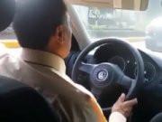 Image Meine Freundin nimmt den Faden im Taxi ab. Der Taxifahrer weiß nicht einmal, was dahinter passiert