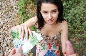 Image Mia Navarro bietet einem Fremden ihre Muschi für Geld an