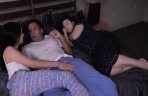 Image Seine Adoptivtochter steigt in sein Bett um mit ihm zu ficken