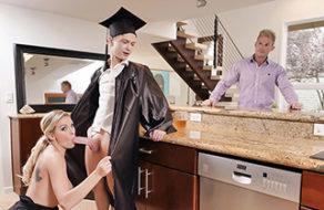 Image Seine Mutter versprach, dass sie ihn wie eine Hure ficken würde, wenn er seinen Abschluss machen würde