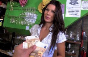 Image Spanische Kellnerin fickt für Geld mit einem Bar-Kunden