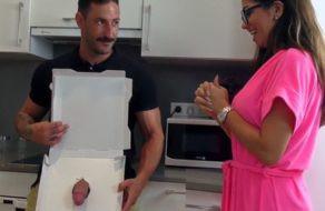 Image Spanische Schlampe bekommt eine Schwanzpizza und bezahlt sie mit ihrem Körper
